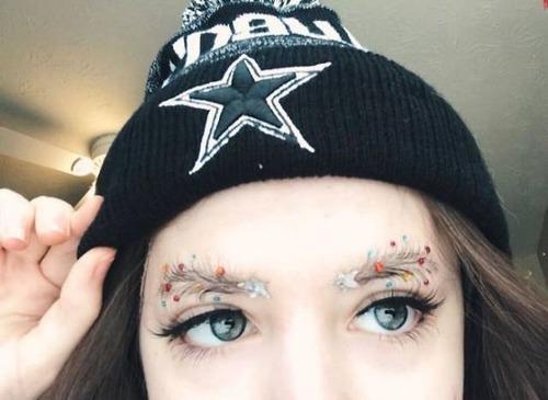 クリスマスをイメージした眉毛のメイクの画像(4枚目)