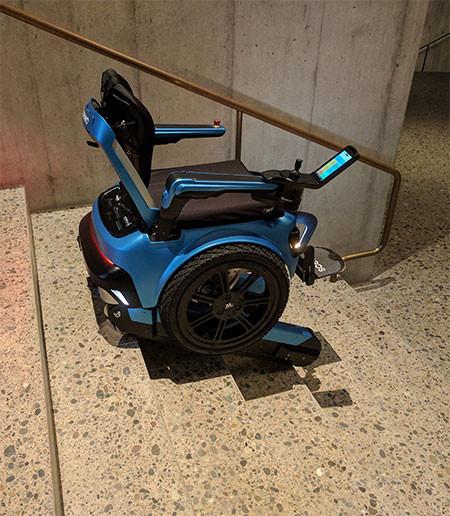 キャタピラで階段も登れる車椅子06
