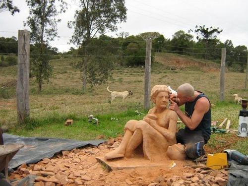 【画像】巨大な石を削って石造を作っている人がワイルド過ぎて凄い!!の画像(12枚目)