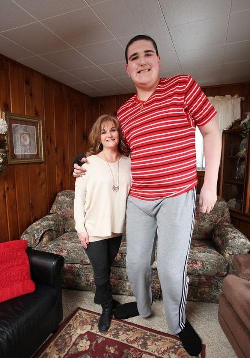 19歳で身長234cm大きな少年の画像(13枚目)