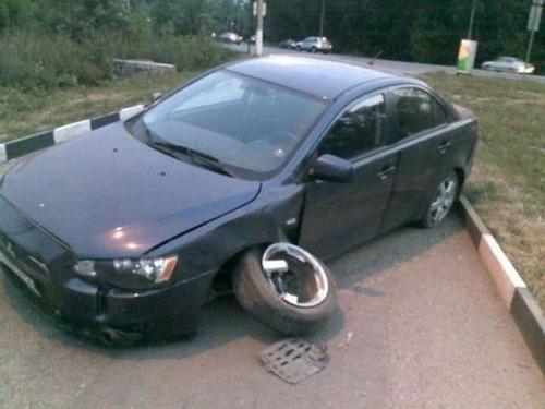 どうしてそうなった?何だか凄まじい事になっている自動車事故の画像の数々!の画像(2枚目)
