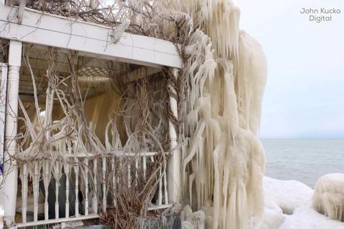 全てが凍っている家の画像(3枚目)