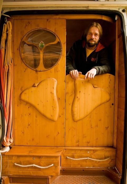 【画像】ワゴン車を木造のキャンピングカーにするカスタムが凄い!の画像(13枚目)