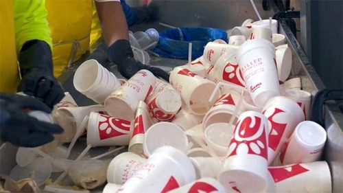 【画像】廃棄プラスチックのカップが公園のベンチに生れ変るまでの様子!の画像(3枚目)