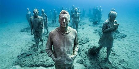 海底に沈む不気味な彫刻の画像(1枚目)