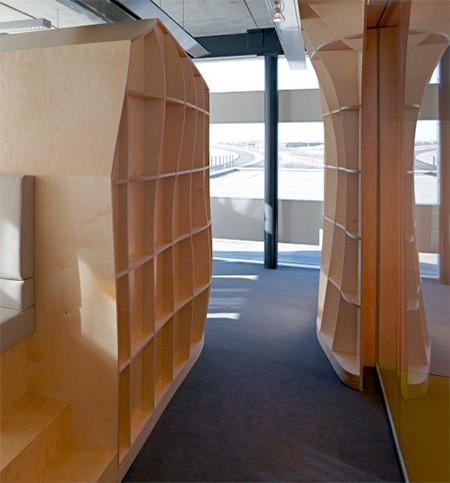本棚で仕切られたオフィス05