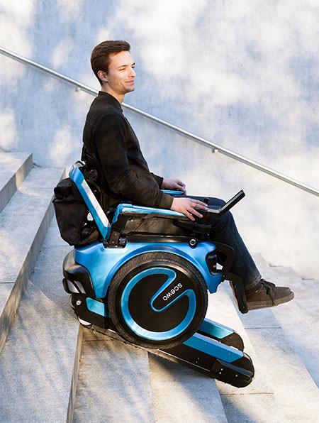 キャタピラで階段も登れる車椅子03