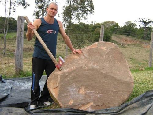 【画像】巨大な石を削って石造を作っている人がワイルド過ぎて凄い!!の画像(1枚目)