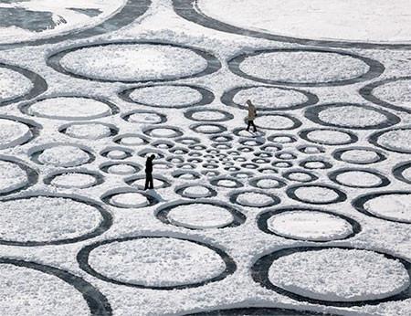 凍った池に無数のワッカを作る人の画像(2枚目)