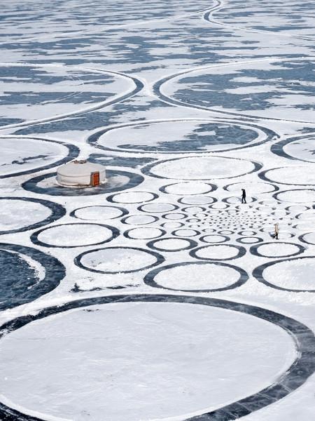 凍った池に無数のワッカを作る人の画像(4枚目)