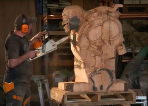 チェーンソーで作った宇宙人の彫刻が凄すぎる!!の画像(3枚目)