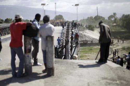 【画像】巨大な橋が崩落した後も壊れた橋を渡り続ける人々の様子!!の画像(5枚目)