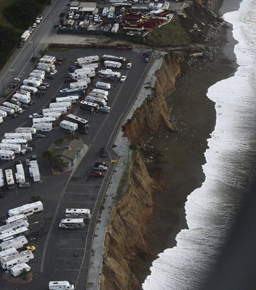 【画像】海沿いの崖が崩れて崩落中のカリフォルニアの町が怖すぎる!!の画像(8枚目)