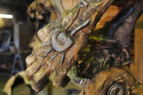 チェーンソーで作った宇宙人の彫刻が凄すぎる!!の画像(1枚目)