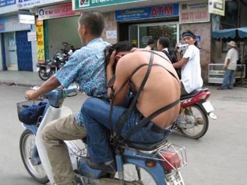 もはや職人技!?自動車やバイクで凄いものを運んでる画像の数々!!の画像(1枚目)