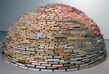 本を積み重ねて出来た「かまくら」の画像(1枚目)