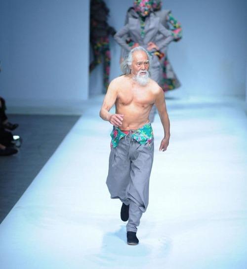 80歳のファッションモデルの画像(3枚目)