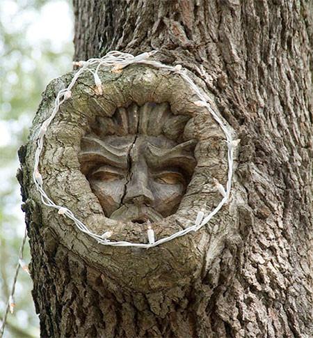 木に彫った顔の彫刻08