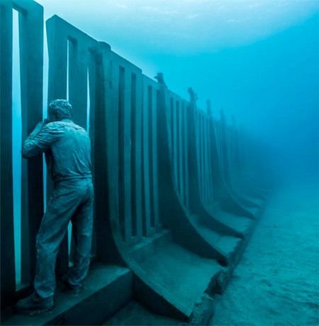 海底に沈む不気味な彫刻の画像(4枚目)