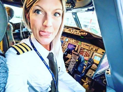 美人金髪のパイロットのお姉さんの画像(1枚目)