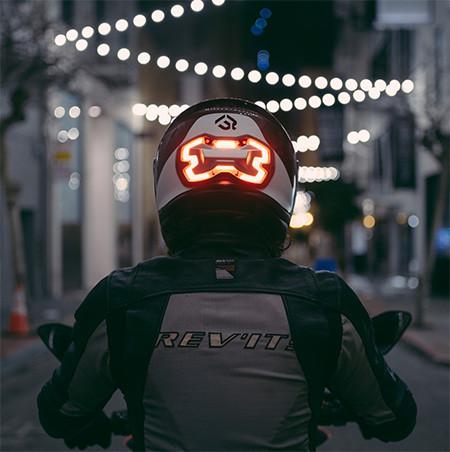 ブレーキランプ付きのヘルメット09