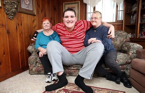 19歳で身長234cm大きな少年の画像(1枚目)