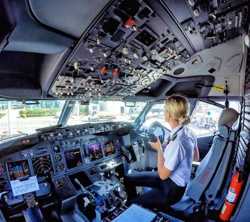 美人金髪のパイロットのお姉さんの画像(10枚目)