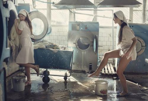 クリーニング店の女性店員の画像(1枚目)