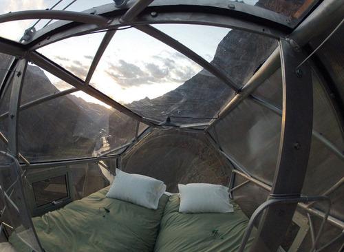 【画像】高さ120mの絶壁に設置された360度見えるホテルが凄いwwの画像(1枚目)