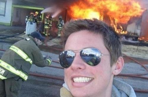 もうお手上げ!火事をバックに記念撮影してる画像の数々!!の画像(13枚目)