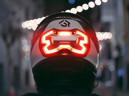 ブレーキランプ付きのヘルメット02