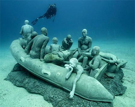 海底に沈む不気味な彫刻の画像(2枚目)