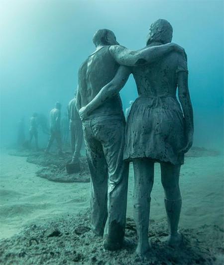 海底に沈む不気味な彫刻の画像(15枚目)