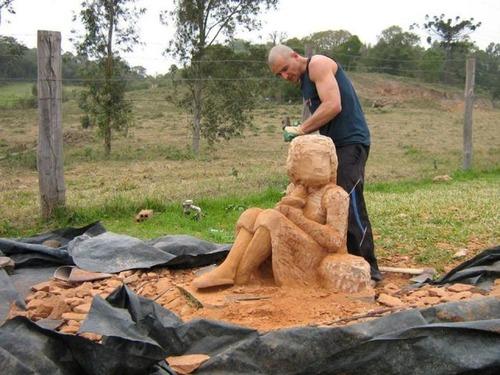 【画像】巨大な石を削って石造を作っている人がワイルド過ぎて凄い!!の画像(10枚目)