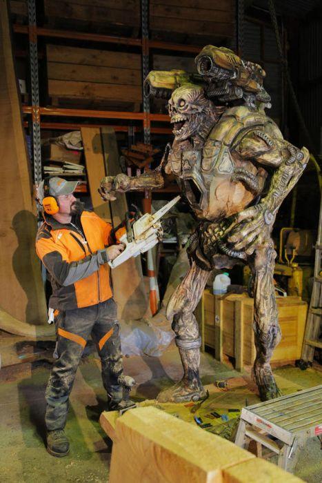 チェーンソーで作った宇宙人の彫刻が凄すぎる!!の画像(11枚目)