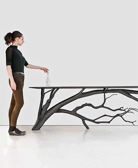 木の枝や幹がそのまま支えるテーブルの画像(3枚目)