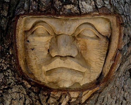 木に彫った顔の彫刻10