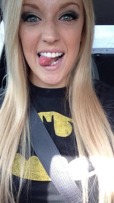 アメコミのヒーローのTシャツを着ている綺麗でセクシーなお姉さんの画像!!の画像(22枚目)