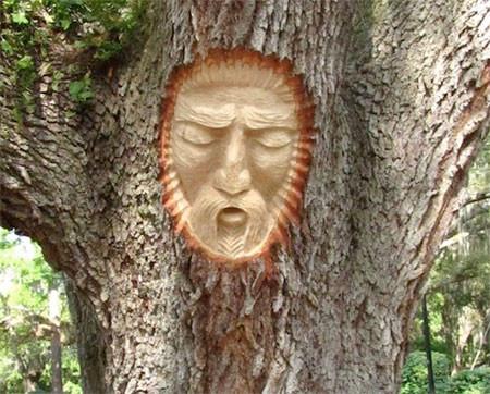 木に彫った顔の彫刻05