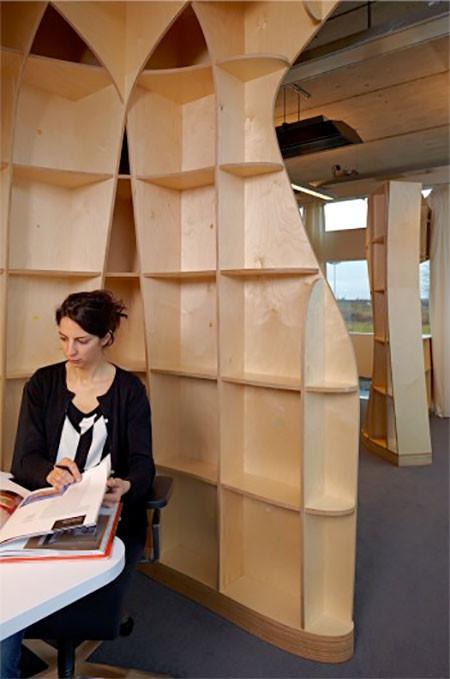 本棚で仕切られたオフィス06