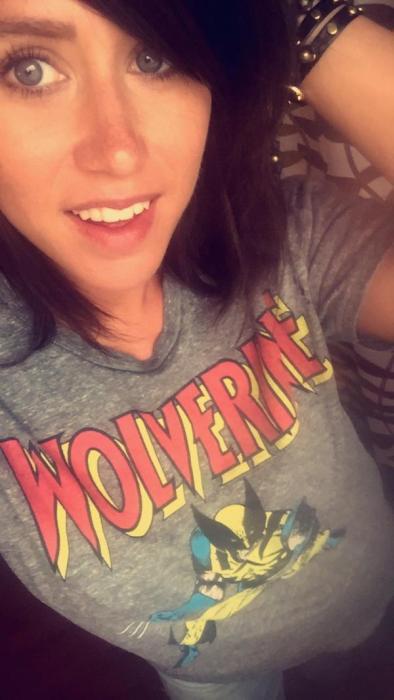 アメコミのヒーローのTシャツを着ている綺麗でセクシーなお姉さんの画像!!の画像(21枚目)