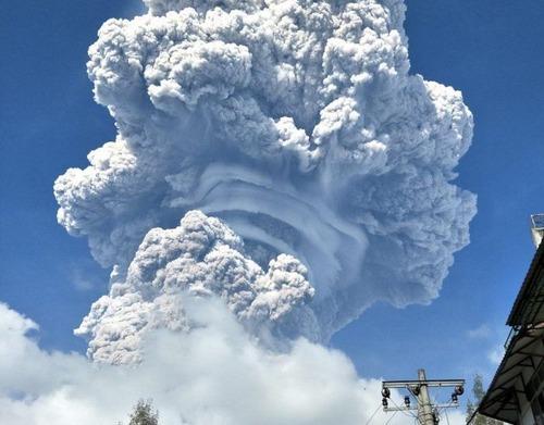 スマトラ島の火山の噴火の画像(1枚目)