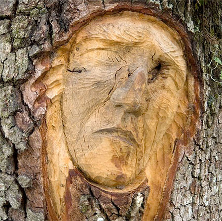 木に彫った顔の彫刻11