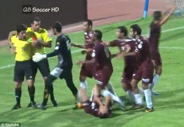 クウェートで主審が選手に暴行、さらにレッドカード提示!これはひどいwwwww