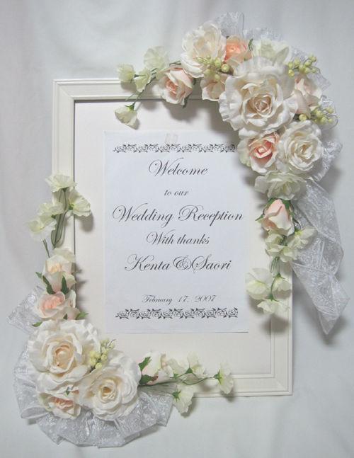 たウェルカムボードを紹介します。白やクリーム、うっすらピーチに色づいたバラ、 そしてフリッフリのスイートピー。それらを引き立てるのは幅広の花柄の リボン。
