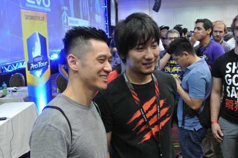 daigo-umehara-posing-with-a-fan-at-evo-2015