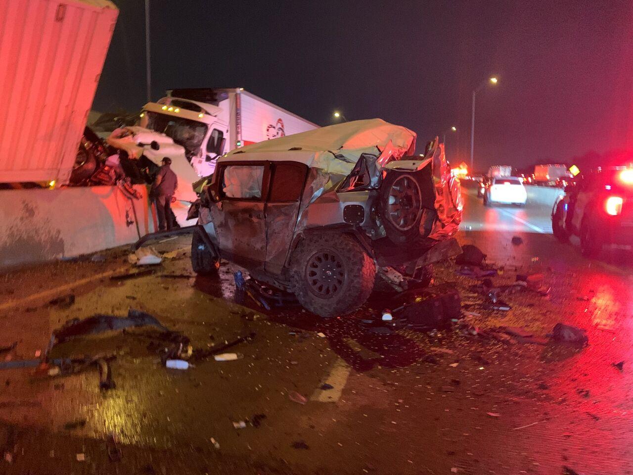 『テキサス130台玉突き事故』トヨタFJクルーザー大破も、運転者は無傷で救護活動の英雄に