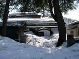 雪に埋まる民家