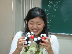 分子模型講座:カプサイシンを満足そうに見つめるフジイさん