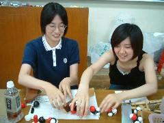 分子模型講座:たのしそうなイケダさんとおさとさん